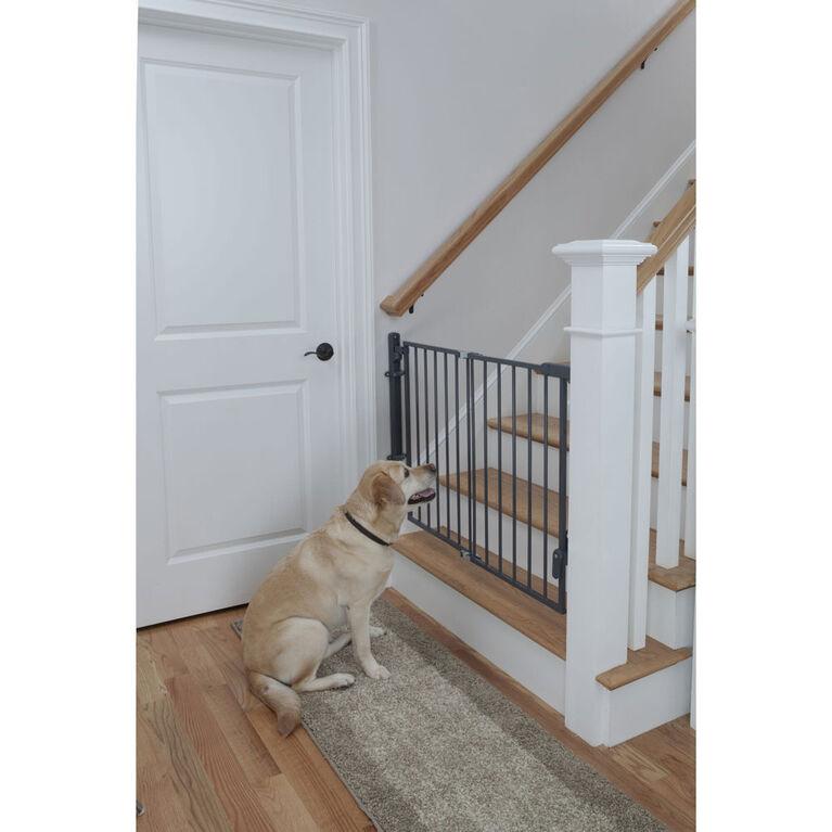 Barrière prête à installer au haut de l'escalier de Safety 1st.