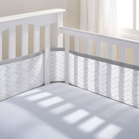 Tour de Lit en maille respirable de Breathable Baby- Chevron gris.