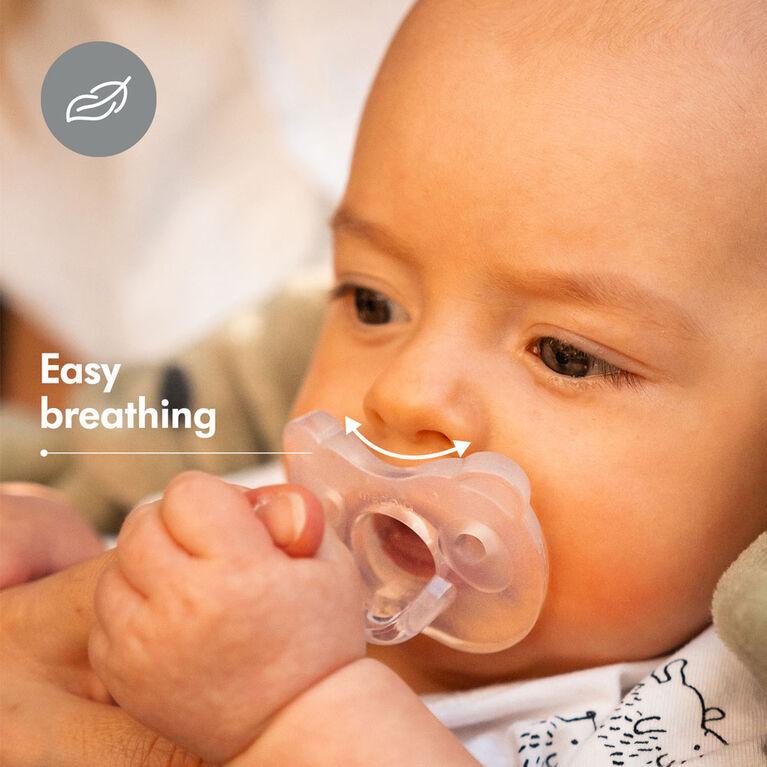 La nouvelle Sucette une pièce SILICONE SOUPLE Medela Baby est conçue pour soutenir la succion naturelle de bébé, sans BPA, légère et orthodontique. 0-6 mo Garçon